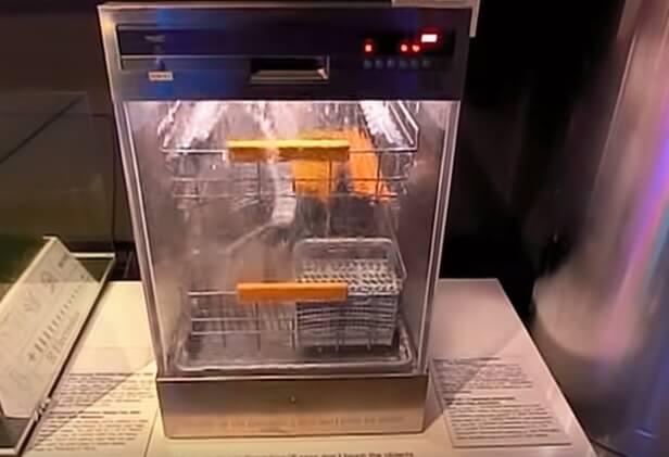 Nước được xối mạnh khi máy đang hoạt động