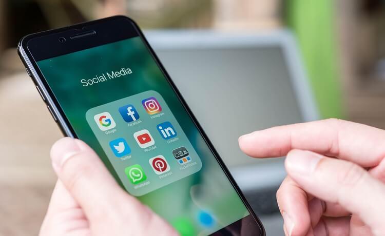 Điện thoại cảm ứng có màn hình cảm ứng để sử dụng